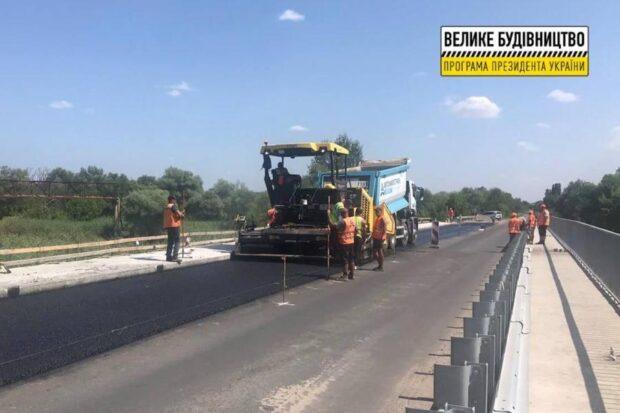 На выезде из Чугуева в направлении поселка Малиновка на мосту уложили асфальтобетонное покрытие