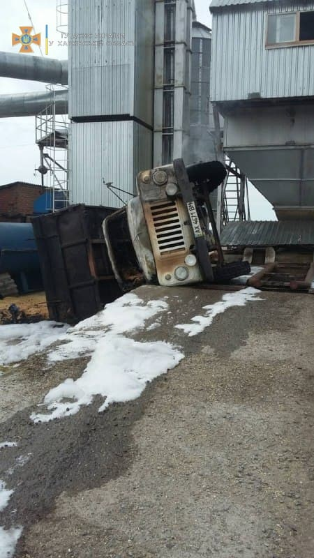 В Харьковской области перевернулся и загорелся грузовик с зерном: погиб водитель