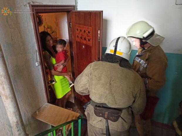 В Харьковской области спасатели открыли дверь квартиры где находился маленький ребенок