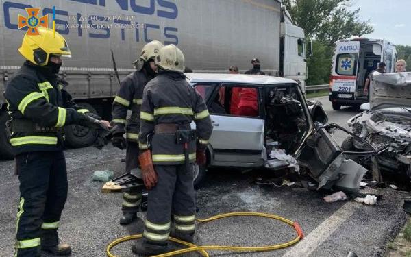 Под Харьковом столкнулись два автомобиля: спасатели извлекли из обломков авто пассажирку