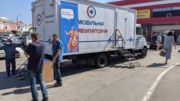 На рынке «Барабашово» начала работать передвижная медицинская амбулатория, в которой можно получить прививку против СOVID-19