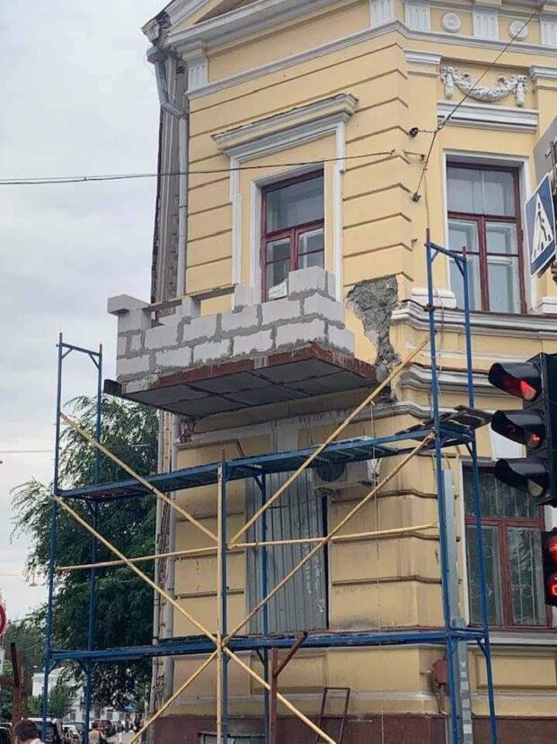 В центре Харькова реставрируют балкон музея, который обрушился полтора года назад