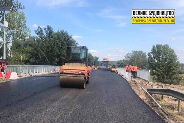 На Песочинском мосту обустраивают конус и укладывают износостойкое покрытие на тротуарах