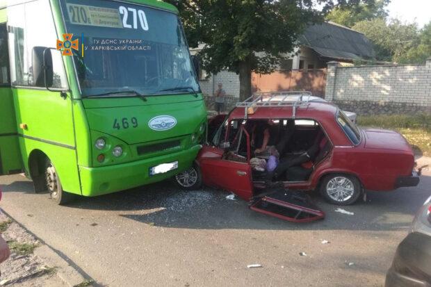 В Харькове легковой автомобиль врезался в маршрутку: водителя авто доставали спасатели
