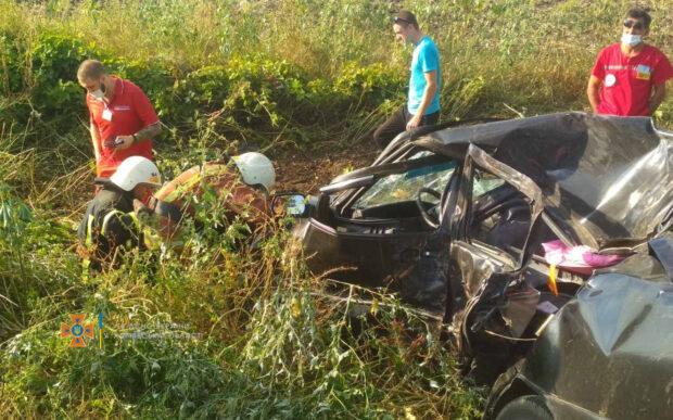 На Харьковщине водитель слетел в кювет и столкнулся с деревом: мужчина погиб