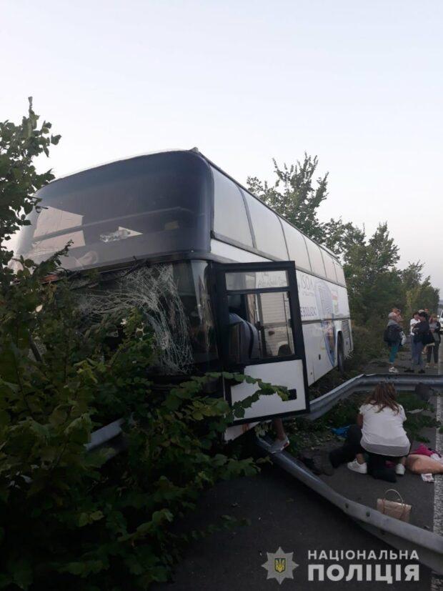 На трассе в Харьковской области рейсовый автобус столкнулся с отбойником