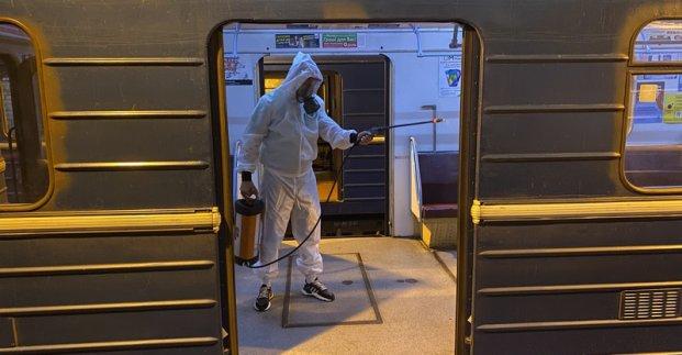 В Харьковском метро показали, как моют и дезинфицируют вагоны