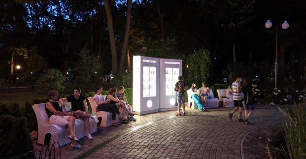 В парке Горького уже месяц работает уличная библиотека
