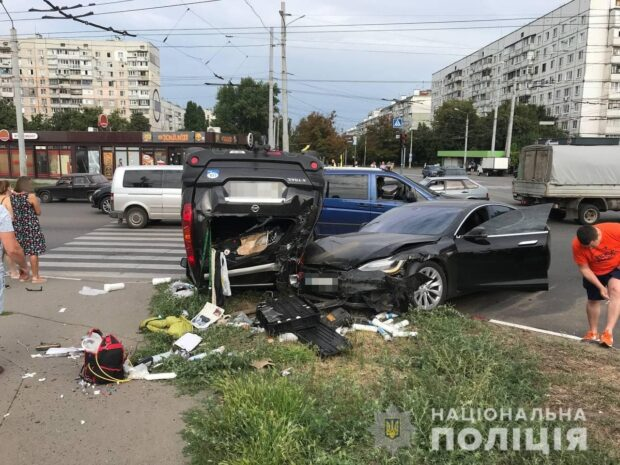 На Салтовке в результате аварии перевернулся автомобиль