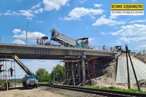В Купянском районе капитально ремонтируют мост через железную дорогу