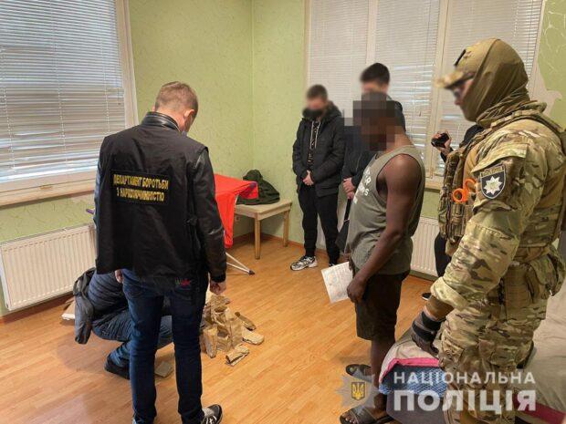 В Харькове разоблачили гражданина Нигерии в незаконном изготовлении и хранении каннабиса