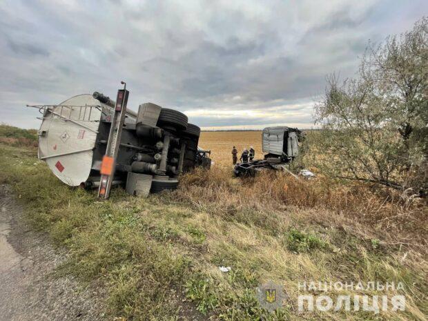 На Харьковщине водитель бензовоза не справился с управлением и перевернулся в кювет