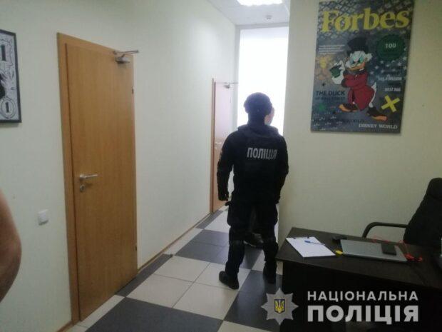 Полицейские пресекли деятельность мошеннического call-центра, который работал в центре Харькове