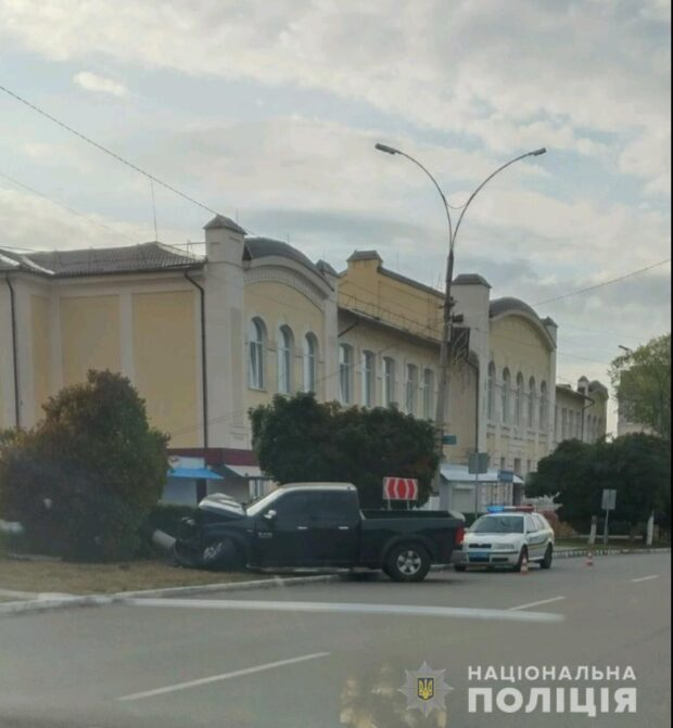 В Харьковской области пьяный водитель не справился с управлением и въехал в дерево