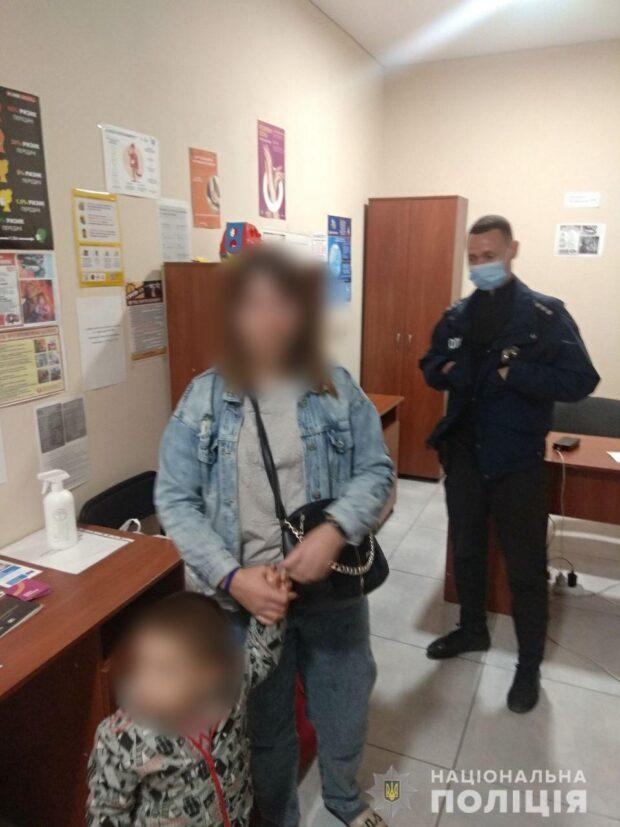 В Харькове мужчина после ссоры выгнал жену и маленького ребенка на улицу