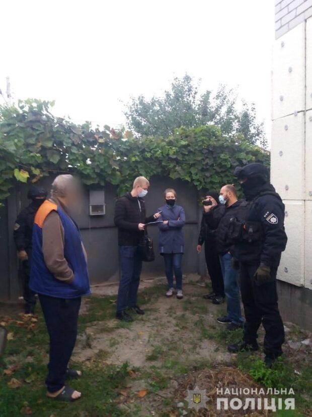 В Харькове рецидивист с ножом ограбил в лифте мужчину