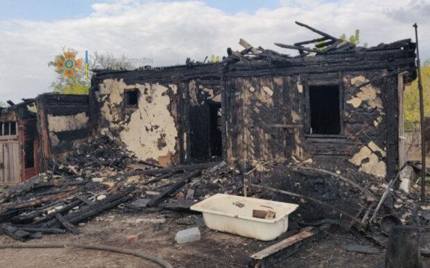 В Харьковской области сгорел деревянный дом: пострадала хозяйка жилища