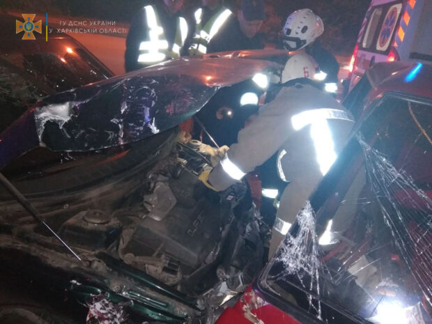 В Харькове спасатели доставали из легковушки двоих пострадавших в результате ДТП