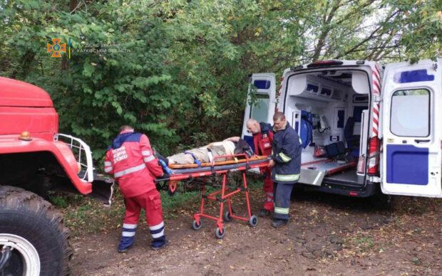 Под Харьковом мужчина с инсультом упал в глубокий овраг: пострадавшего доставали спасатели