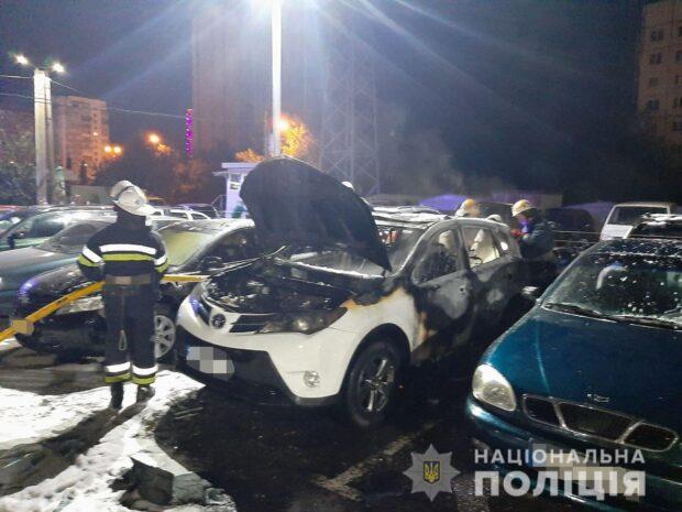 На парковке в Харькове горело шесть автомобилей: полиция открыла уголовное дело