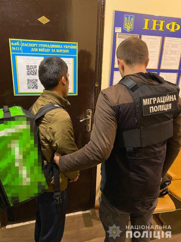 В Харькове пятеро иностранцев незаконно работали в службах доставки