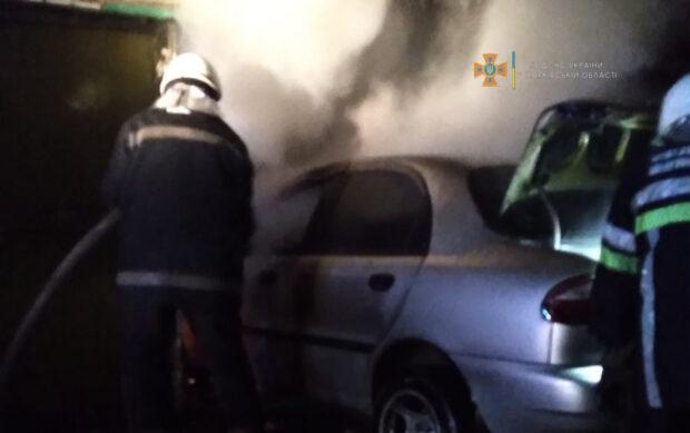 На Харьковщине в гараже сгорел автомобиль