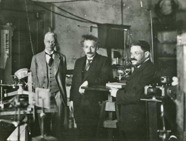 Альберт Эйнштейн и Вандер де Хааз (справа) в Лейденской криогенной лаборатории