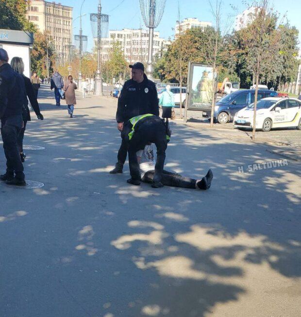 В саду Шевченко двое мужчин избили коммунальщика и повредили технику на которой он убирал территорию