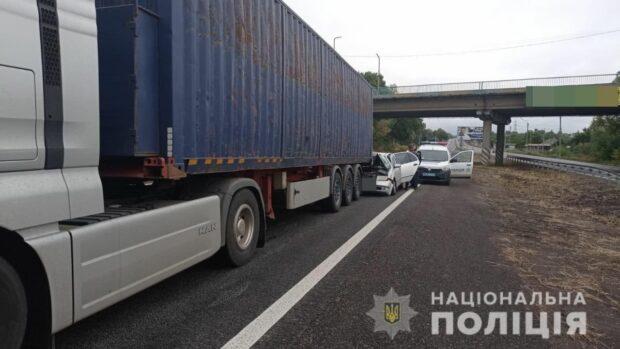 Под Харьковом легковой автомобиль врезался в фуру: есть пострадавшие
