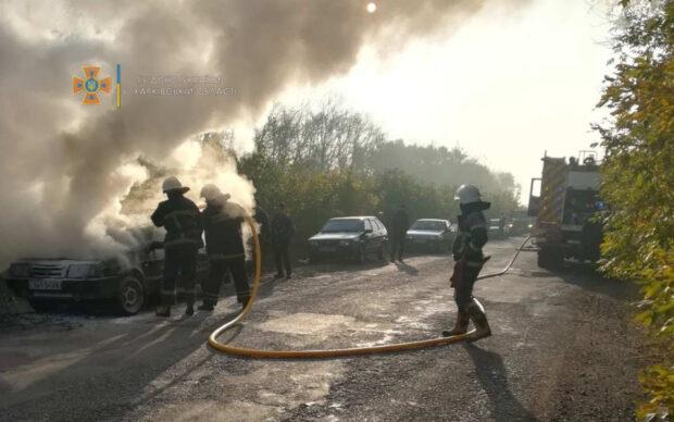 В Харьковской области на автодороге во время движения загорелся автомобиль