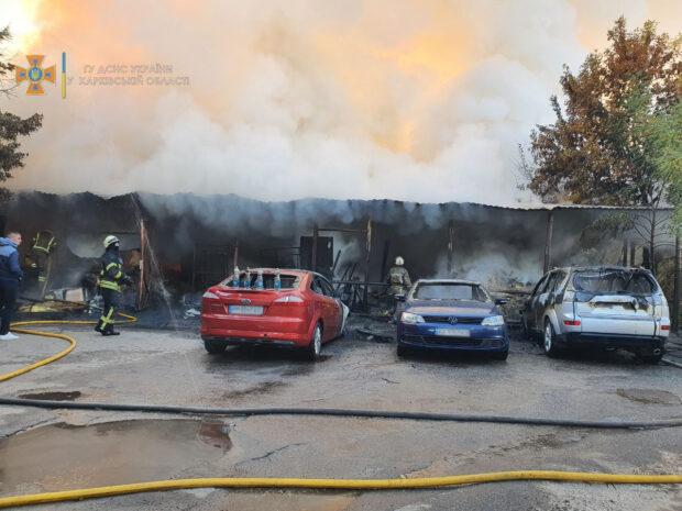 В Харькове горел столярный цех, огонь перебросился на припаркованные рядом автомобили