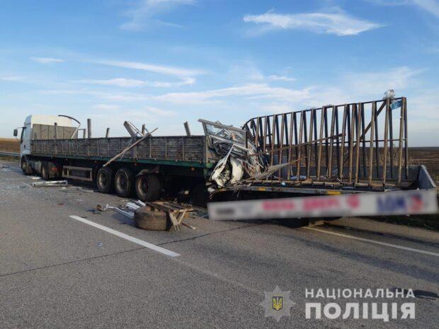 Под Харьковом водитель врезался в припаркованный грузовик: мужчина погиб