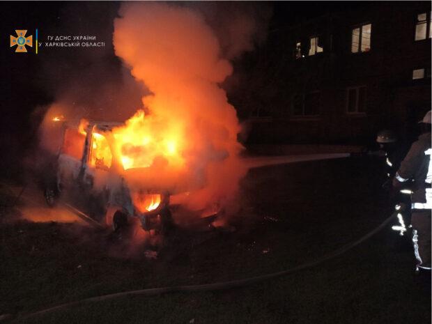 Под Харьковом возле жилого дома сгорел автомобиль