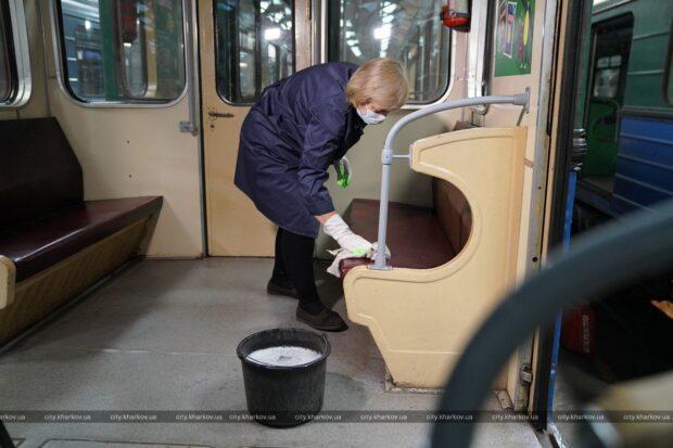 КП «Харьковский метрополитен» показал, как убирают и дезинфицируют вагоны