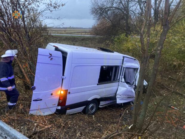 На Харьковщине столкнулись микроавтобус и грузовик: погибло три человека