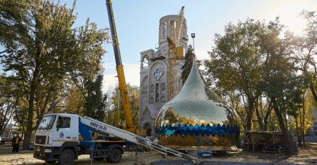 Возле Дворца культуры ХЭМЗ освятили купола и кресты нового храма
