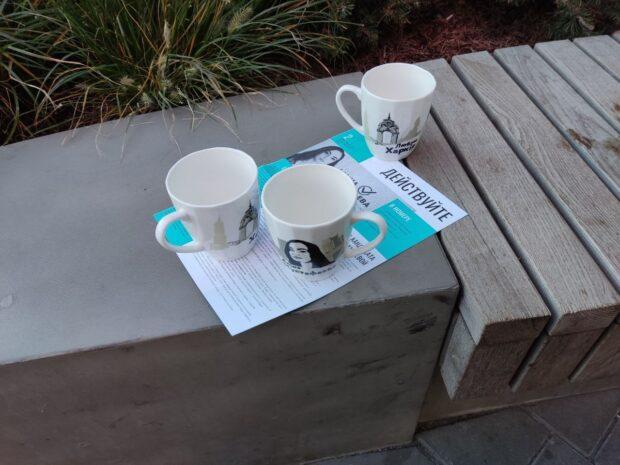 В Харькове от имени кандидата в мэры города раздавали чашки: это могут расценить, как подкуп избирателей
