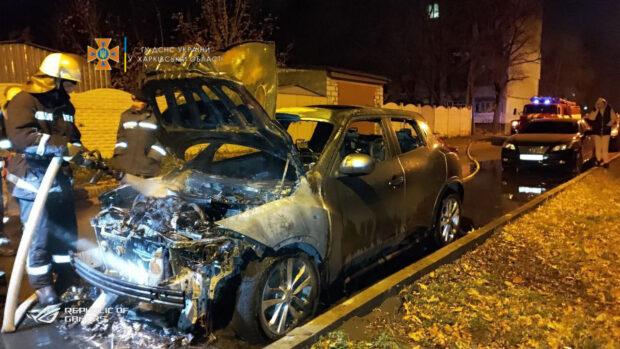 В Харькове во дворе многоэтажного дома сгорел автомобиль