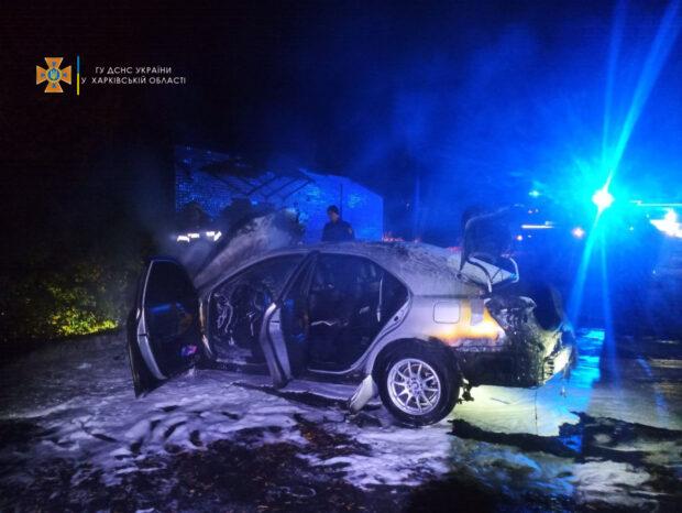 В Харькове возле жилого дома сгорел автомобиль