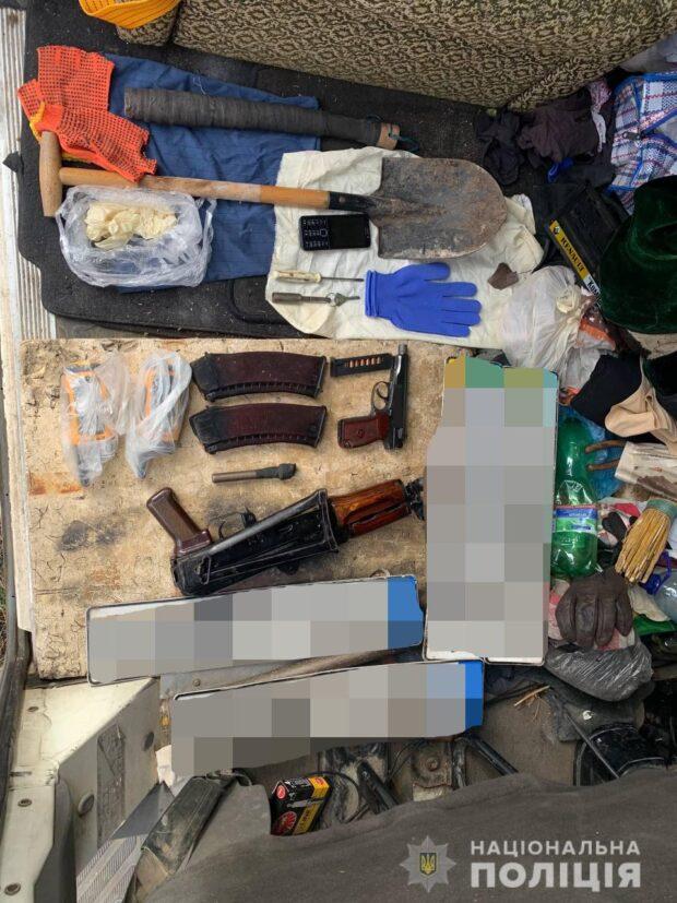 На Харьковщине задержала двоих мужчин, перевозивших в автомобиле оружие и боеприпасы
