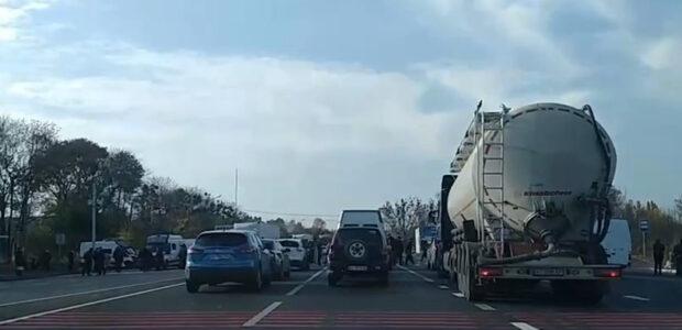Жители села на Харьковщине второй день подряд перекрывают трассу из-за отключения газа