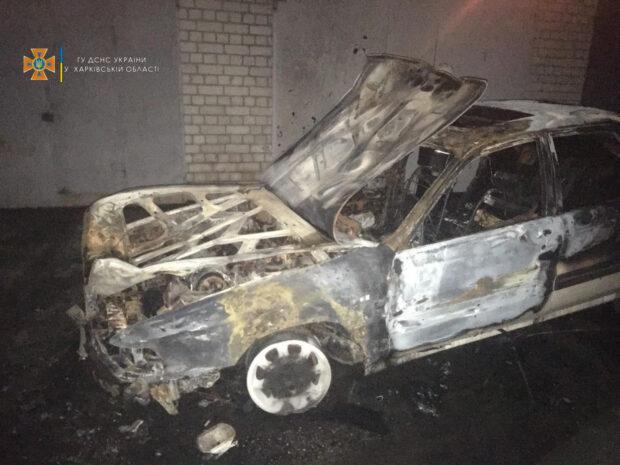 В Харькове на территории гаражного кооператива сгорел автомобиль