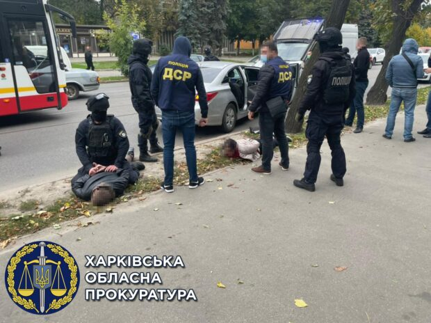 В Харькове задержали банду, которая требовали у мужчины переоформить право собственности на дом