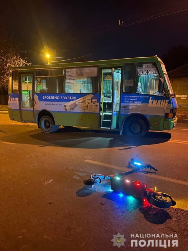 В Харькове водитель маршрутки сбил мужчину на электросамокате