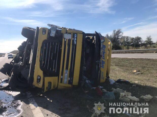 В Харьковской области перевернулся грузовик: водителя госпитализировали
