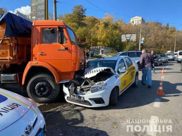 В Харькове столкнулись грузовик и такси: пострадала женщина