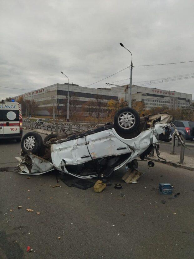 В Харькове водитель не справился с управлением, въехал в отбойник и перевернулся