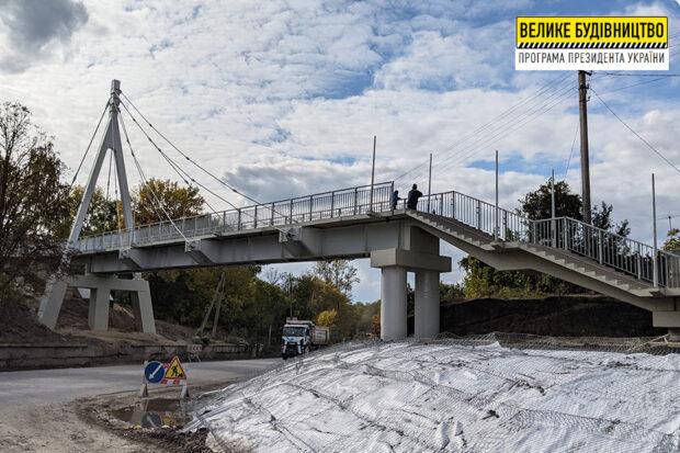 В Чугуеве заканчивают реконструкцию пешеходного моста